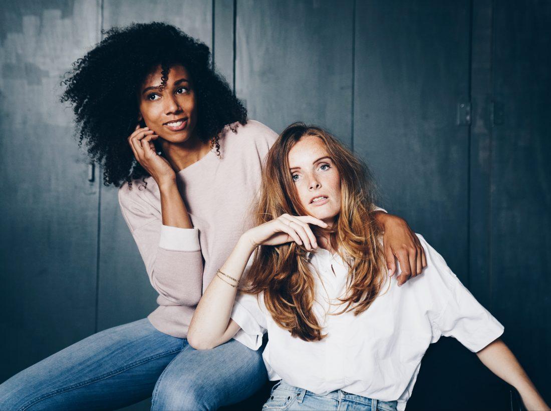 Twee vrouwen zitten op een stoel