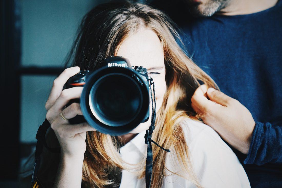 Vrouw met een Canon camera