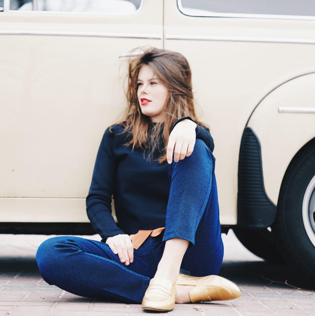 Model met gouden schoenen tegen old timer
