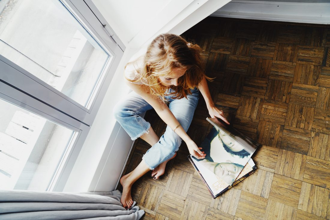 Vrouw leest krant