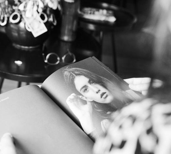 Zwart wit foto van een fashion magazine