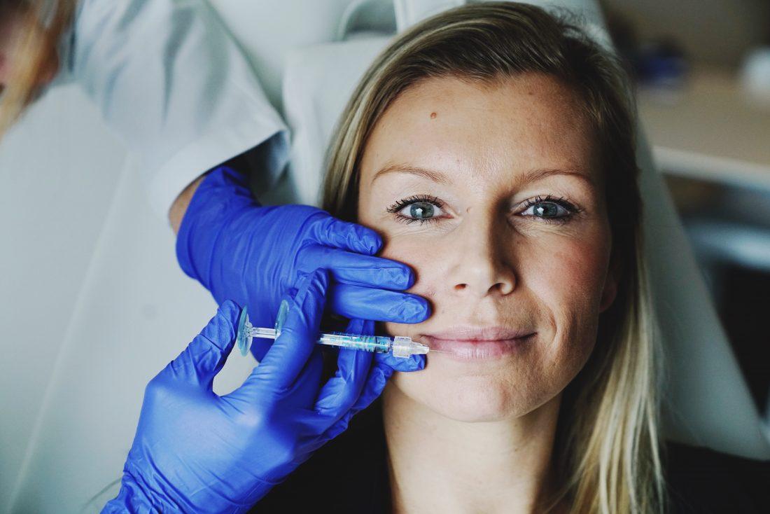 Vrouw krijgt botox of filler