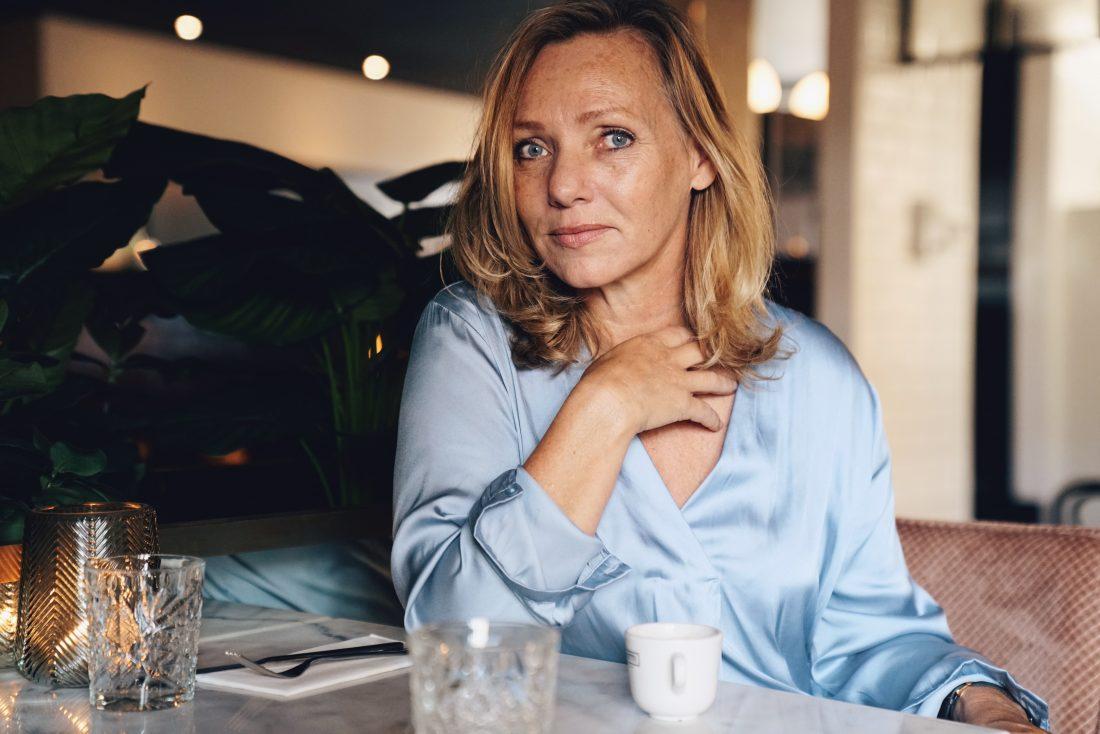 vrouw van gemiddelde leeftijd in een cafe
