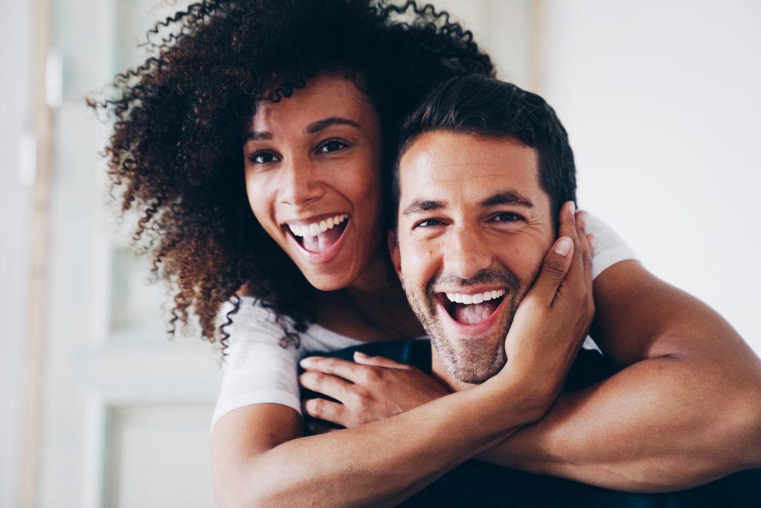 Mannelijk en vrouwelijk model knuffelen en lachen
